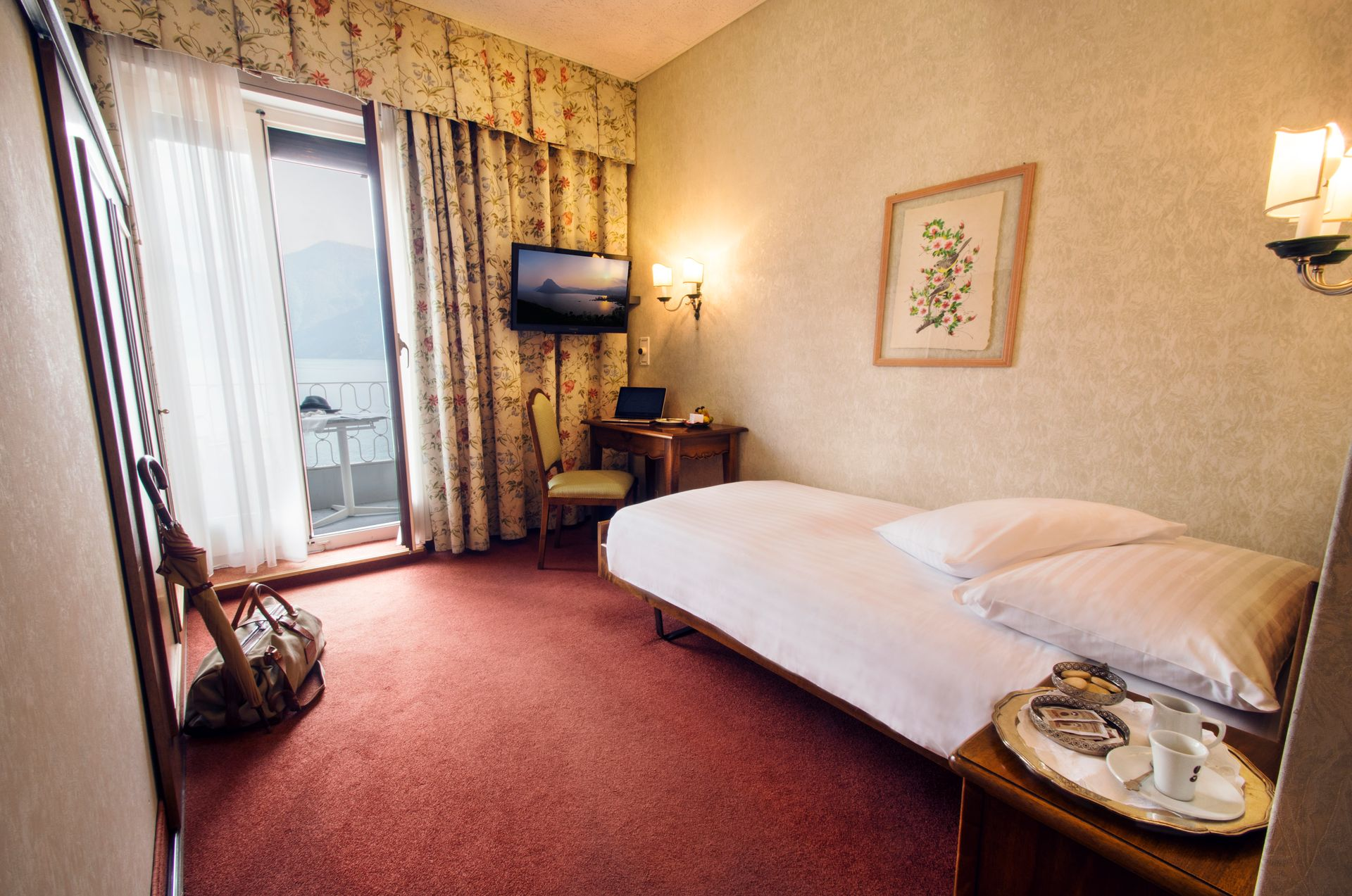 Single bedroom with lake view in the International au Lac Historic Lakeside Hotel