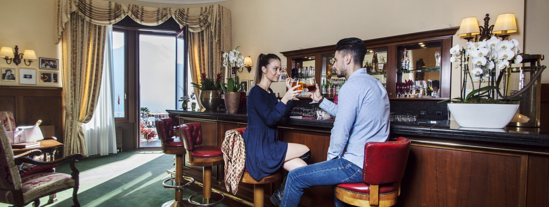 A young couple is having a drink in the hotels blues bar